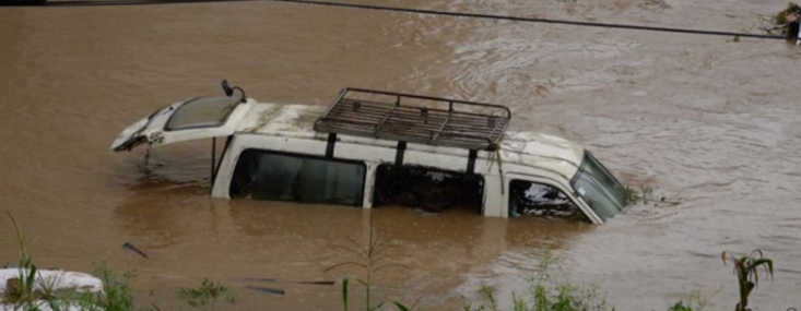 काठमाडाैंका सडकमा जमेकाे पानीका कारण विभिन्न ठाउँमा सवारी साधनहरु पनि डुबे । कांग्रेस महामन्त्री शशांक काेइरालाकाे गाडी पनि वाग्मती करिडरस्थित टेकु पुलमुनि डुबेकाे थियाे ।